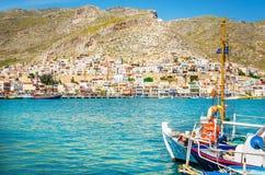 Le bateau bleu a amarré dans le port paisible sur l'île grecque Images stock