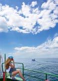 le bateau blond appelle la séance du téléphone s de fille de bureau Images stock