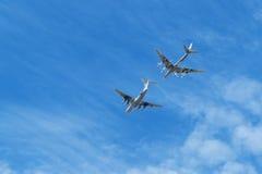 Le bateau-citerne d'air Ilyushin IL-78 et le ` stratégique du bombardier Tu-95 soutiennent le ` Image stock