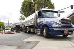 Le bateau-citerne de camion fusionne l'essence à la station service (Etats-Unis) Photo stock