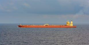 Le bateau-citerne de pétrole brut approche le détroit de Singapour photos stock