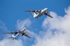 Le bateau-citerne Il-78 et les avions Tu-142 anti-sous-marins démontrant le ravitaillement des avions dans le ciel Images stock