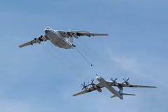 Le bateau-citerne Ilyushin Il-78 et bombardier stratégique Tu-95 Images stock