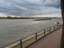 Le bateau conduit le Rhin en amont Images libres de droits