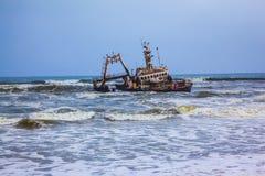 Le bateau écrasé dedans Images stock