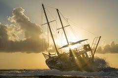 Le bateau détruit a abandonné le support sur la plage en RHodes Greece Photos libres de droits