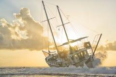 Le bateau détruit a abandonné le support sur la plage en RHodes Greece Photographie stock libre de droits