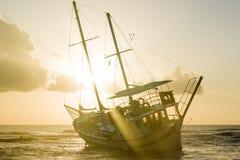 Le bateau détruit a abandonné le support sur la plage en RHodes Greece Photographie stock