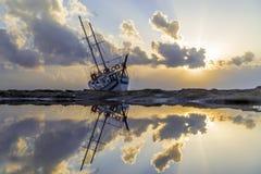 Le bateau détruit a abandonné le support sur la plage en RHodes Greece Image libre de droits
