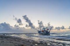 Le bateau détruit a abandonné le support sur la plage en RHodes Greece Image stock