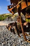 Le bateau détruit de poussoir s'est rouillé et a étripé à la plage Images stock