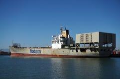 Le bateau d'expédition de Matson est déchargé par des grues dans le port d'Oakland Photo libre de droits