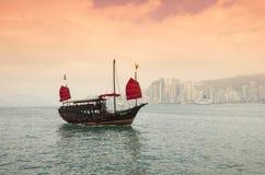 Le bateau d'ordure sur le coucher du soleil Photos libres de droits