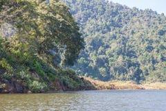 Le bateau dans le barrage photos stock