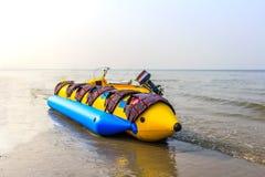 Le bateau de banane s'étend sur une plage Photos libres de droits