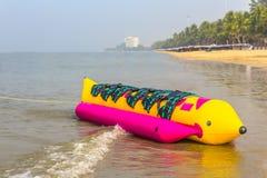 Le bateau de banane s'étend sur une plage Photos stock