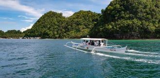 Le bateau de Banka transporte en bac des touristes à la lagune de Sugba sur l'île de Siargao aux Philippines images stock