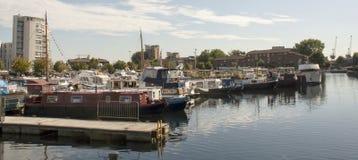 Le bateau de canal autoguide le mode de vie alternatif Photos stock