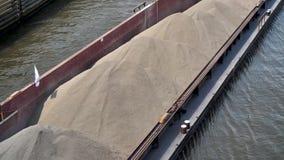 Le bateau de canal transporte le sable au-dessus de la voie d'eau clips vidéos