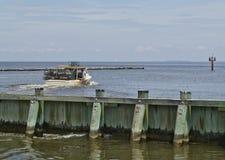 Le bateau de crabe part Images stock