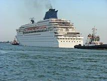 Le bateau de croisière énorme quitte ville portuaire Images libres de droits