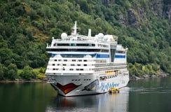 Le bateau de croisière AIDAbella de la compagnie maritime AIDA Cruises a ancré dans le fjord de Geiranger images stock