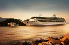 Le bateau de croisière arrive Images libres de droits