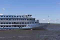 Le bateau de croisière de passager Maxim Litvinov va accorder la rivière de Sheksna dans la région de Vologda images stock