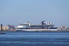 Le bateau de croisière de sommet de célébrité s'est accouplé au cap Liberty Cruise Port photos stock