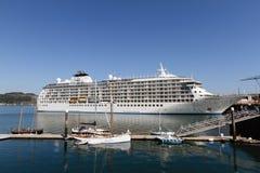 Le bateau de croisière du monde accouplé dans le port de Falmouth photos libres de droits