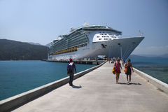 Le bateau de croisière fournit l'allégement au Haïti Image libre de droits