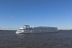 Le bateau de croisière Maxim Litvinov va accorder la rivière de Sheksna dans le secteur de Kirillov, région de Vologda image libre de droits