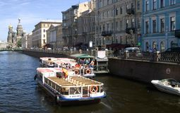 Le bateau de croisière navigue sur le canal du Groboedov à St Petersburg Images stock