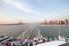 Le bateau de croisière quitte New York Photos stock