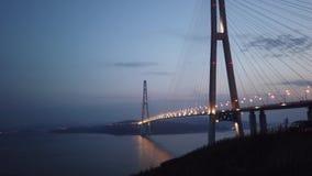 Le bateau de croisi?re passe sous le pont russe avec l'illumination lumineuse clips vidéos