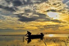 Le bateau de dérive sur le backgrund de lever de soleil de mer Images libres de droits