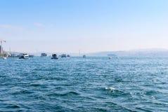 Le bateau de ferry-boat transportant des passagers porte des personnes à travers le Bosphorus Istanbul Image libre de droits