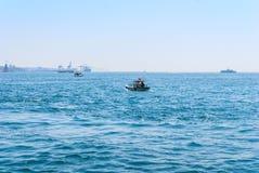 Le bateau de ferry-boat transportant des passagers porte des personnes à travers le Bosphorus Istanbul Images stock