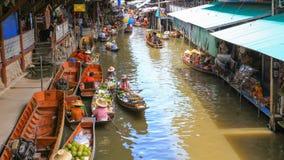 Le bateau de flottement lancent l'attraction touristique sur le marché populaire dans Damnoen Saduak, Thaïlande banque de vidéos