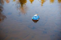 Le bateau de jouet va sur l'eau calme du courant photos libres de droits
