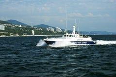 Le bateau de la garde côtière patrouille la côte de Sotchi photos libres de droits