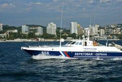 Le bateau de la garde côtière patrouille la côte de Sotchi image libre de droits