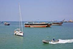 Le bateau de la garde côtière va par le bateau à voile de luxe, la pêche et les cargos Image libre de droits