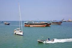 Le bateau de la garde côtière va par le bateau à voile de luxe, la pêche et les cargos Photographie stock