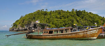 Le bateau de long arrière s'est accouplé à l'île de poulet (Thaïlande) Image libre de droits