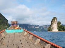 Le bateau de longue queue sur le chemin à Khao Sok National Park, Thaïlande images libres de droits