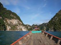Le bateau de longue queue sur le chemin à Khao Sok National Park, Thaïlande photographie stock