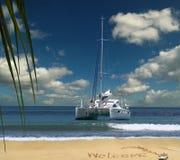 Le bateau de luxe accueille sur l'île tropicale. Photographie stock libre de droits