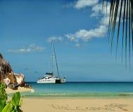 Le bateau de luxe accueille sur l'île de paradis. Photo libre de droits