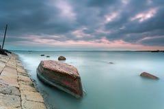 Le bateau de marée élevée abandonné Photographie stock libre de droits